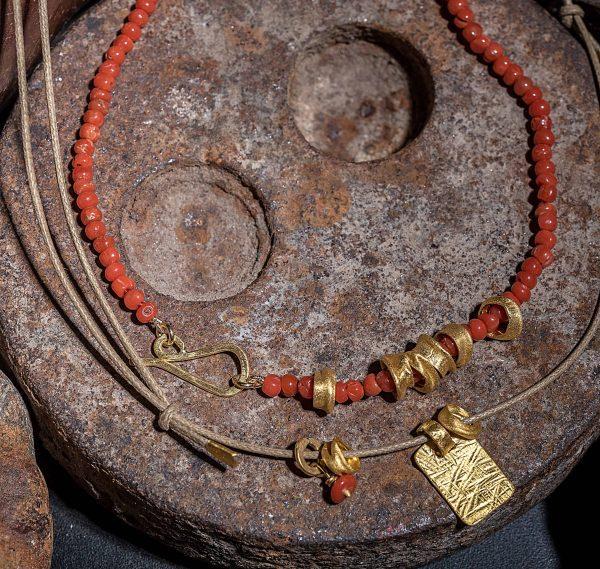 שרשרת אבני קורל עם חרוזי זהב 24k