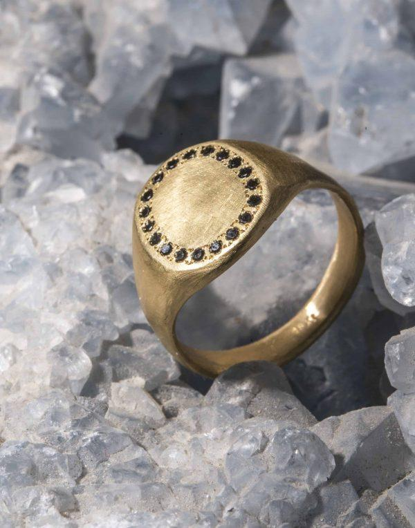 טבעת חותם זהב 18k משובצת יהלומים