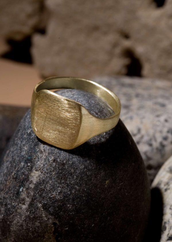 טבעת חותם מלבן אורכי זהב 18k