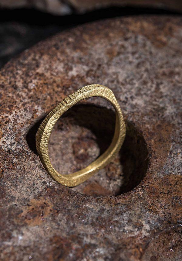 טבעת טקסטורה פסים זהב 18k